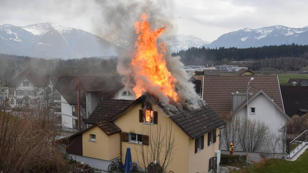 Einfamilienhaus bei Brand zerstört – Bewohner bei Familienangehörigen untergebracht