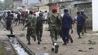 Kongolesische Sicherheitskräfte vertreiben Demonstranten in Kinshasa. Am Vorgehen der Polizei ist nun scharfe Kritik geübt worden. (Archiv)