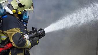 Feuerwehreinsatz in Meinisberg BE: In der Nacht auf Samstag ist in Meinisberg ein Dachgeschoss eines Hauses in Brand geraten. (Symbolbild)