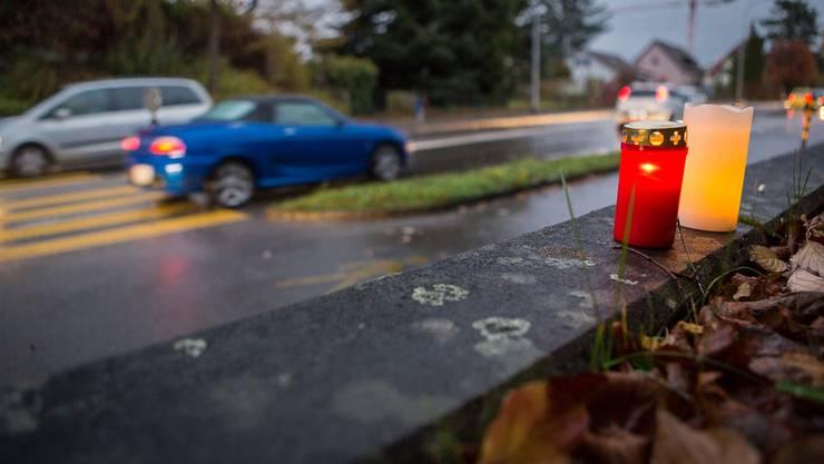 An der Unfallstelle in Lenzburg wurden nach dem tödlichen Unfall Kerzen für die 19-Jährige angezündet.