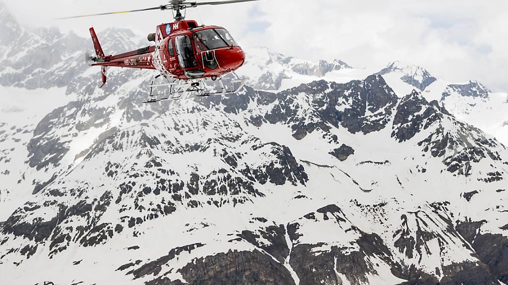Die mit einem Helikopter der Air-Zermatt auf die Unfallstelle am Pollux geflogenen Rettungskräfte konnten nur noch den Tod des Abgestürzten feststellen. (Symbolbild)