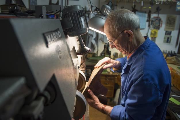 Die Näh-, die Schleif- und die Stanzmaschine, aber auch die Kasse stammen aus der Zeit, bevor die Elektronik Einzug hielt.
