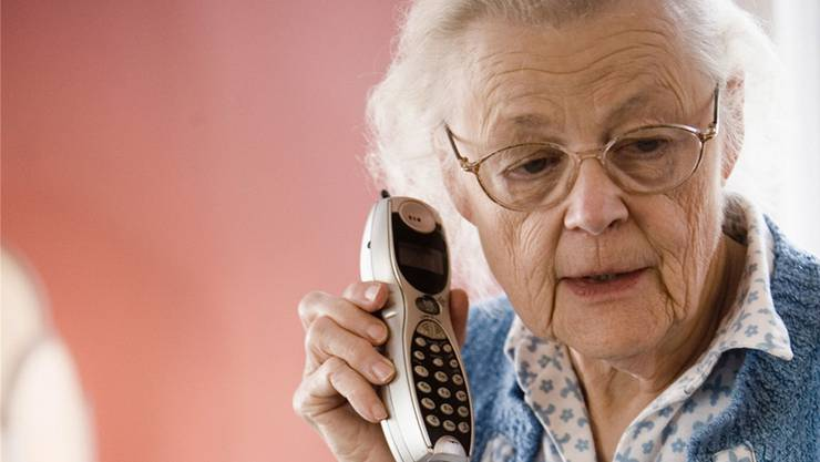 Immer wieder versuchen Enkeltrickbetrüger ältere Menschen zur Herausgabe von Geld zu überreden.