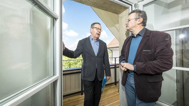 Urs F. Meier (l.) zeigt Martin Killias am Beispiel seiner rekonstruierten Laube, dass in Lenzburg nicht nur ausgehöhlt wird. Doch die Häuser müssten den heutigen Ansprüchen genügen, damit sie vermietet werden können, sagt er.