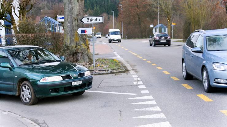 Die Ausfahrt vom Bändli auf die Kantonsstrasse ist nicht unproblematisch. Die Linde behindert zusätzlich die Sicht. bA