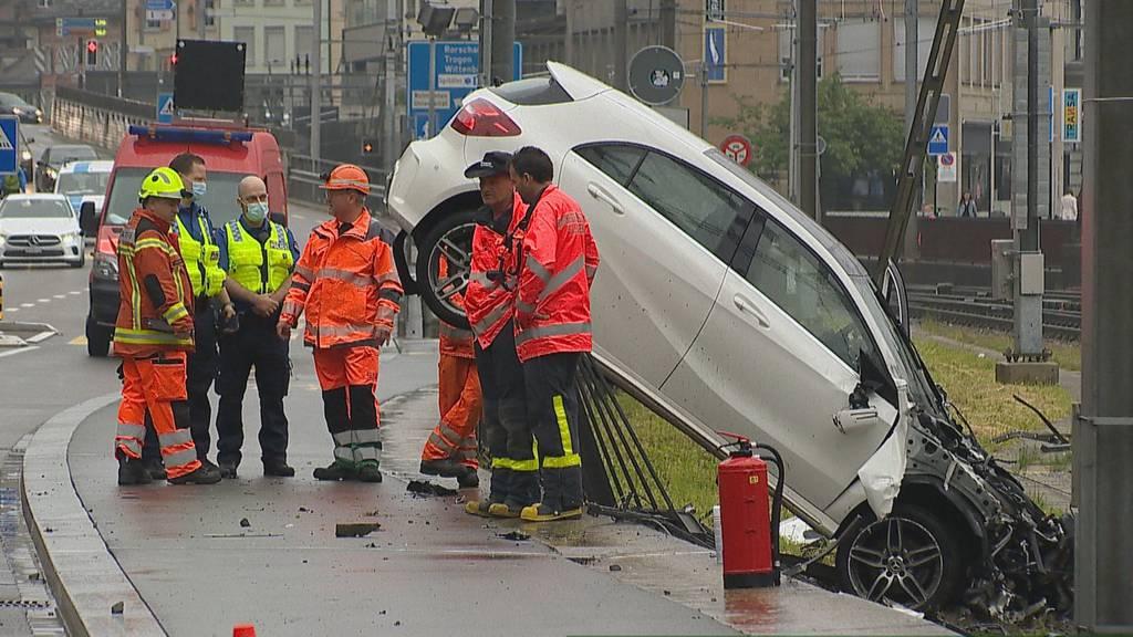 Lenker fuhr «massiv» zu schnell: Auto durchbricht Zaun – riesiger Schaden