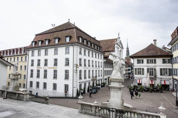Die neu weisse Fassade soll die Brüstungen und Eckquader aus Solothurner Stein besser zur Geltung bringen. Neu hebt sich der crémefarbige Leist-Flügel im Süden vom barocken Haupttrakt aus dem Jahr 1772 ab.