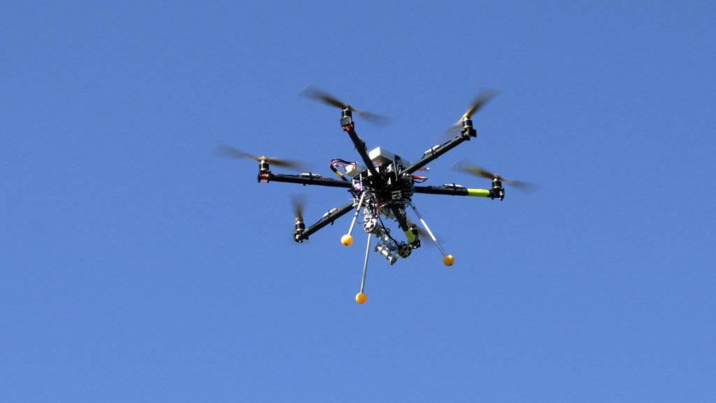 Um ein Haar ist in Paris eine Drohne in ein Passagierflugzeug geflogen. (Symbolbild)