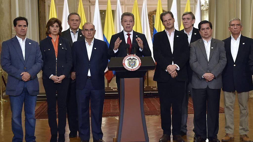 Kolumbiens Präsident will nach dem überraschenden Nein zum Friedensabkommen mit der FARC Sondierungen mit den Rebellen und den Gegner des Vertrags beginnen.