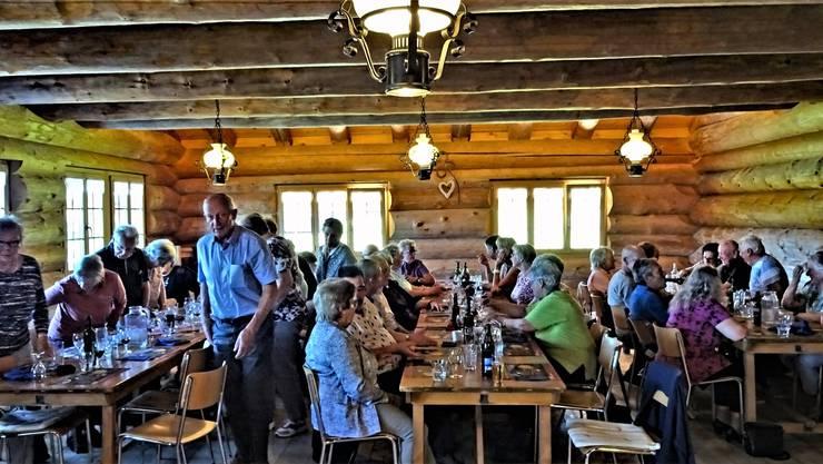 Das Bild zeigt die Seniorinnen und Senioren beim Mittagessen im Bergrestaurant Site Alp bei Zweisimmen