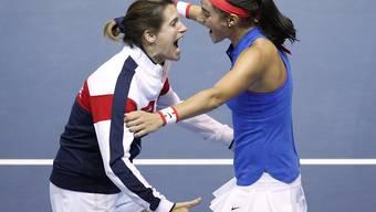 Frankreichs Caroline Garcia (rechts) freut sich mit Captain Amelie Mauresmo über den Ausgleich zum 1:1 gegen Tschechien im Fedcup-Final in Strassburg