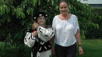 Zoé Lachat mit der Stadtweibelin Monika Ramseyer gestern in Rohr. (Alice Sager)