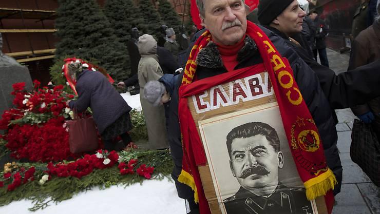 Ruhm - dafür wirbt der Stalin-Verehrer für seinen Helden zum Todestag auf dem Roten Platz in Moskau.