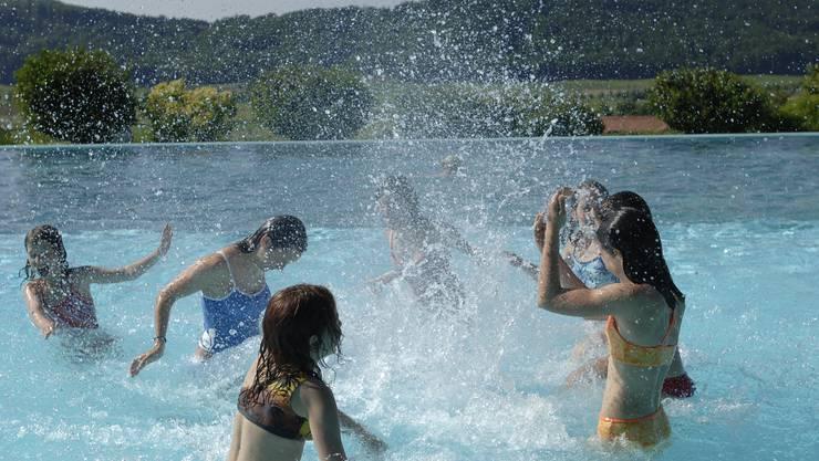 Wenn der Badespass zum Albtraum wird: Ein vierjähriger Knabe musste am Donnerstagnachmittag im Schwimmbad Hinwil reanimiert werden. (Symbolbild)