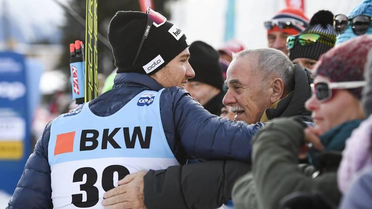 Dario Cologna nimmt im Ziel die Gratulationen von Vater Remo entgegen.