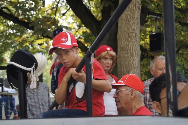 Junge im Schweizeroutfit auf der tribüne der Stadtmusik