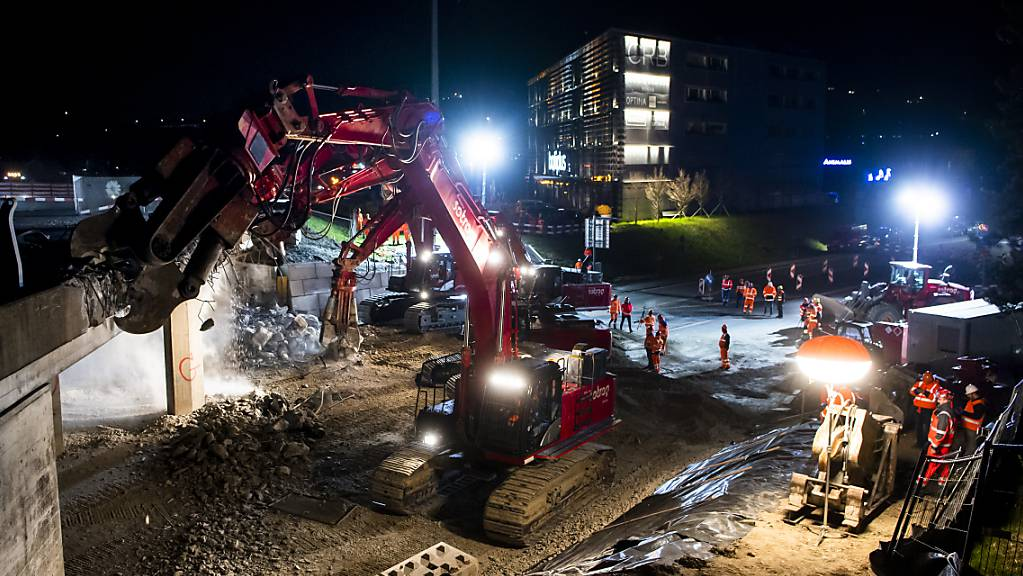 Der Abriss einer Autobahn-Halbbrücke in Chexbres VD hat am Freitagabend begonnen.