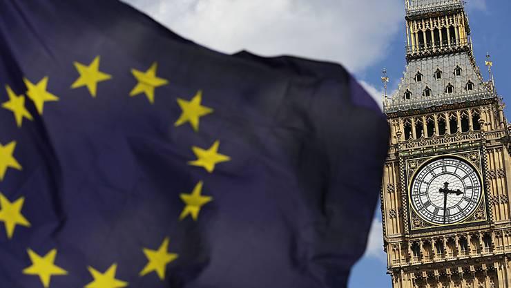 ARCHIV - Eine Europaflagge vor dem Uhrturm Big Ben in London. Foto: Daniel Leal-Olivas/PA Wire/dpa