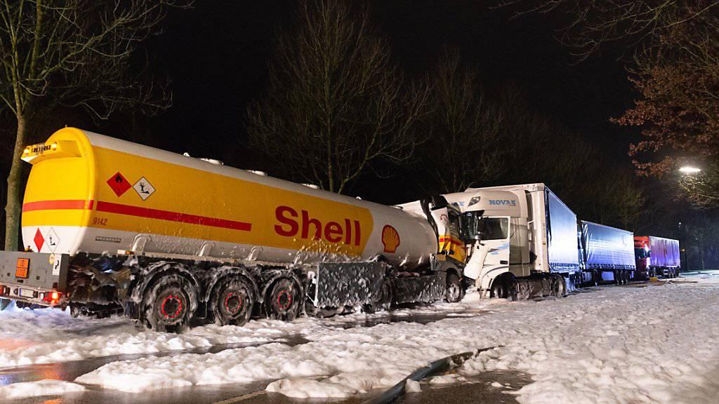 Der Tanklaster prallte frontal gegen einen parkierten Lastwagen.