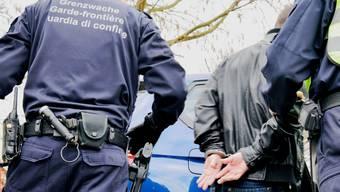 Schweizer Grenzwächter halten einen Verdächtigen an der Grenze an. (Symbolbild)