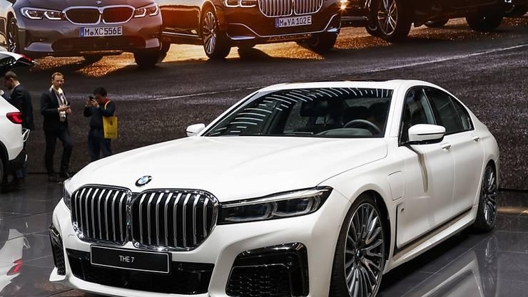 Die weiter steigende Nachfrage nach Stadtgeländewagen und gute Verkaufszahlen in China haben dem Autobauer BMW im November Schub verliehen. (Archiv)