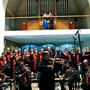 Chor und Orchestra Da Vinci mit dem Geigenvirtuosen Giovanni Barbato im Vordergrund. Auf der Empore das Tango-Tanzpaar Lorena Marmelstein und Silvio Grand. Bild: Annemarie Schläpfer