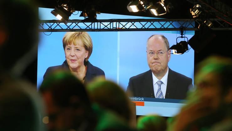 Kanzlerin Merkel gibt  sich gelassen, Herausforderer Steinbrück skeptisch. «Ich will in einem Land leben, in den man von der eigenen Hände Arbeit leben kann».