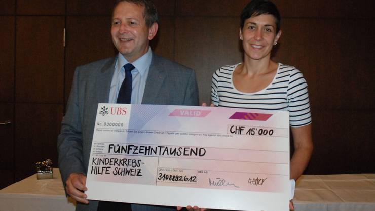 Vom Glück emotional überwältigt: Sonja Aytar kann kaum glauben, dass der von LC Charity, Willy Wenger, überreichte Check die Zahl 15'000 aufweist.