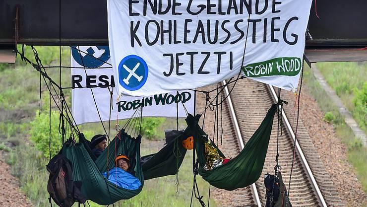 Aktivisten in luftiger Höhe auf dem Vattenfall-Gelände im Osten Deutschlands