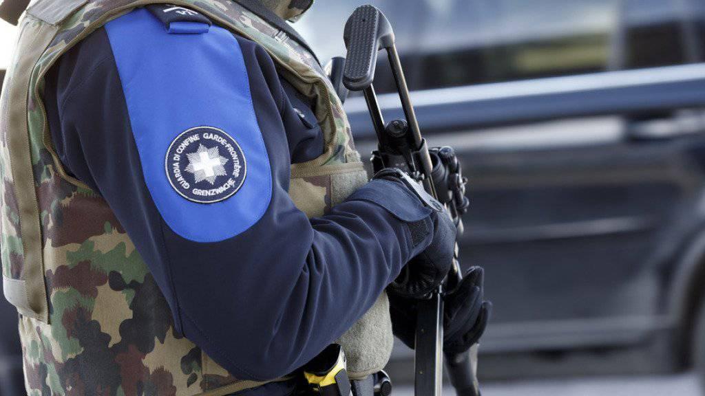 Ein Schweizer Grenzwächter kontrolliert die Grenze bei Bardonnex nahe Genf. (Symbolbild)