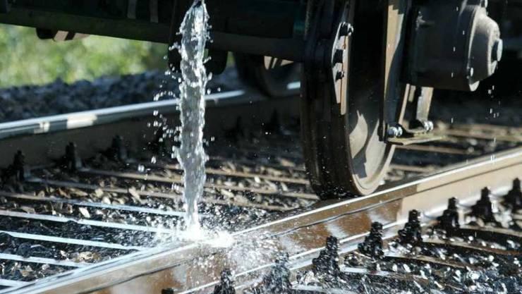 Im Hitzesommer 2003 war es Wasser, heuer ist es Farbe: In Graubünden sollen weiss angestrichene Schienen der Hitze trotzen. (Archivbild)
