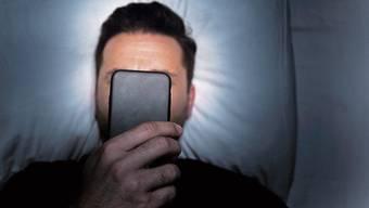 Wer verbotenes Material auf dem Handy hat, kann schnell vor dem Richter landen.