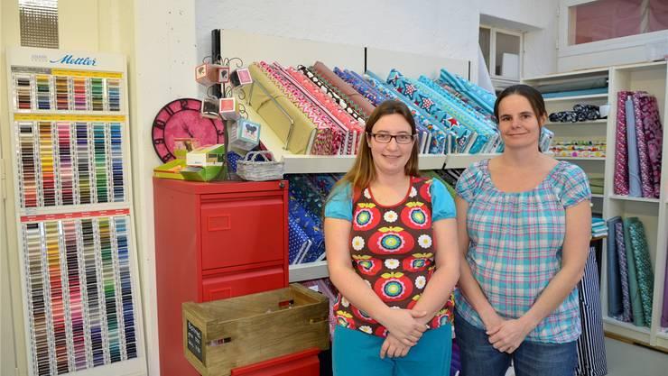 Nicole Chenaux Frey, Geschäftsleiterin von «Zwergenstoffe», und ihre Mitarbeiterin Daniela Beier (v.l.) bedienen ihre nähbegeisterte Kundinnen demnächst in Turgi.