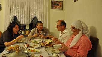 Gute Stimmung bei Familie Özmen, die nach einem Fastentag das feine Essen geniesst, das Mutter Nihal gekocht hat.  Corinne Rufli