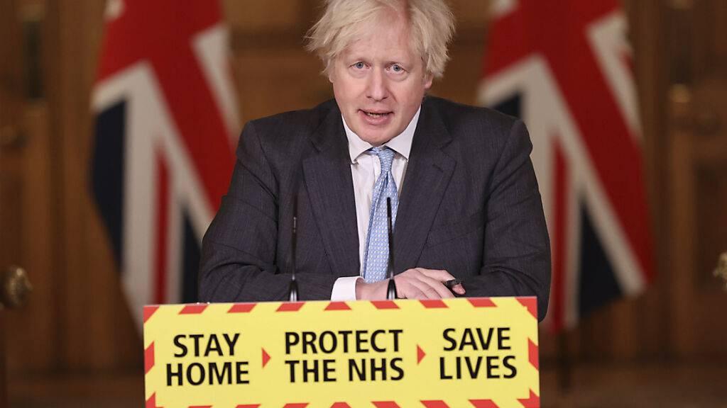 Boris Johnson, Premierminister von Großbritannien, spricht während einer Pressekonferenz zur Corona-Pandemie in der Downing Street. Foto: Steve Reigate/Daily Express pool/AP/dpa