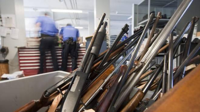 Trotz Rückgabeaktionen steigt die Anzahl registrierter Waffen. Foto: Keystone
