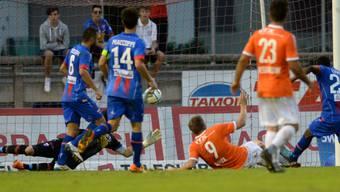 Jocelyn Roux (Nr. 9 am Boden) erzielt den 2:1-Siegtreffer in Chiasso