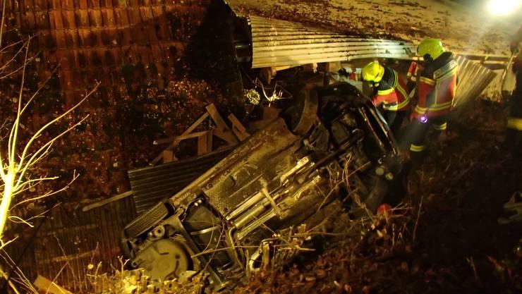 Ein junger Automobilist kommt mit seinem Auto in Reitnau von der Strasse ab.