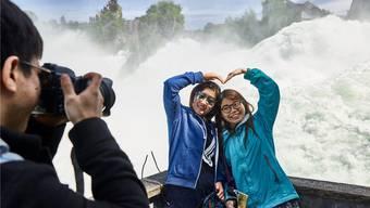 Neue Herkunftsländer werden für den Schweizer Tourismus immer wichtiger. Im Bild: Asiatische Touristen am Rheinfall im Kanton Schaffhausen.