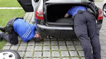 Wer sucht, der findet: Grenzwächter untersuchen ein Auto (Symbol)