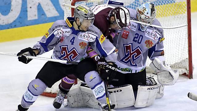 Servette Dan Fritsche (m.) beschäftigt die Bieler Defensive.