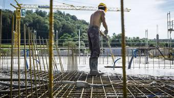 Der Lohndumping Verdacht kam bei der Kontrolle einer Dietiker Baustelle auf (Symbolbild).