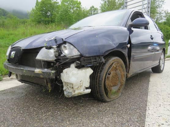 Frick AG, 20. Mai: Ein betrunkener Schweizer (1,2 Promille) verunfallt auf der Autobahnausfahrt Frick – und fährt geradeaus in die Böschung statt in die Kurve. Sein Seat Totalschaden erleidet Totalschaden. Der 22-Jährige blieb unverletzt.