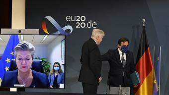 Bundesinnenminister Horst Seehofer (M) und der Vizepräsident der Europäischen Kommission, Margaritis Schinas, bei einer Pressekonferenz zur EU-Asylpolitik. EU-Innenkommissarin Ylva Johansson ist per Video zugeschaltet. Foto: Tobias Schwarz/AFP-POOL/dpa