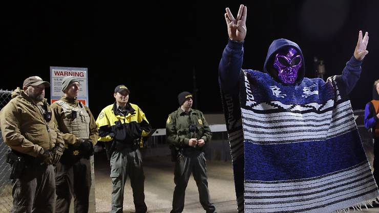 Ein Mann mit Ausserirdischen-Maske beim Eingang zum US-Militärtestgelände Area 51 im Bundesstaat Nevada.