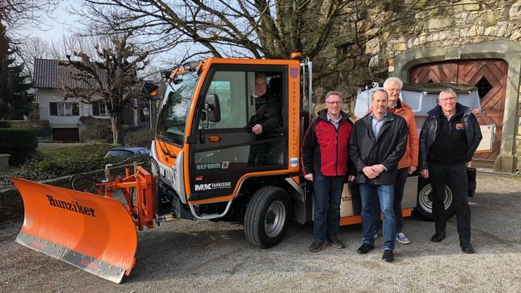 Gemeindearbeiter Erich Weibel am Steuer «seines» neuen Gefährts. Ammann Ruedi Weiss (orange Jacke) hat zusammen mit Markus Schüpbach, Martin Kaufmann und Bruno Näf (v.l.) das Projekt umgesetzt.