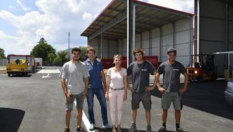 Das Team von links: Simon und Thomas Schlunegger, Karin Schlunegger-Kocher, Michael Schlunegger und Simon Schär, Leiter des Entsorgungshofs.