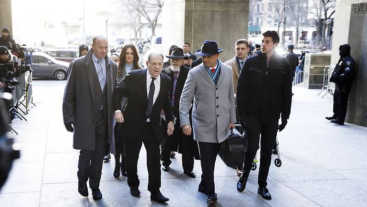 Der ehemalige Hollywood-Mogul Harvey Weinstein (2.v.l.) trifft mit seinen Anwälten am Gericht in New York ein. Der Vergewaltigungsprozess gegen den 67-Jährigen startete in seinen inhaltlichen Teil mit den Eröffnungsplädoyers von Anklage und Verteidigung.