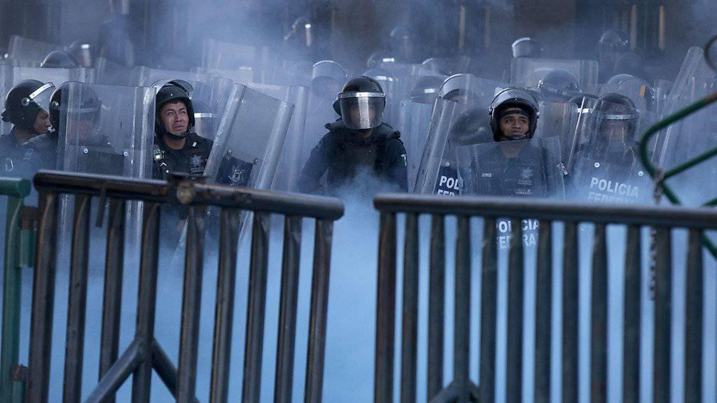 Polizisten in Mexiko-Stadt gehen gegen Demonstranten vor.