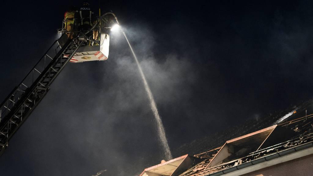 Brand in Spiez: Mann verletzt sich bei Sprung von Balkon